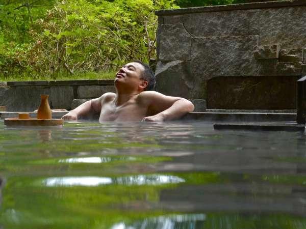 露天風呂で憧れの一杯を。お酒とソフトドリンクを提供しております。(有料)【男性浴場/硫黄泉】