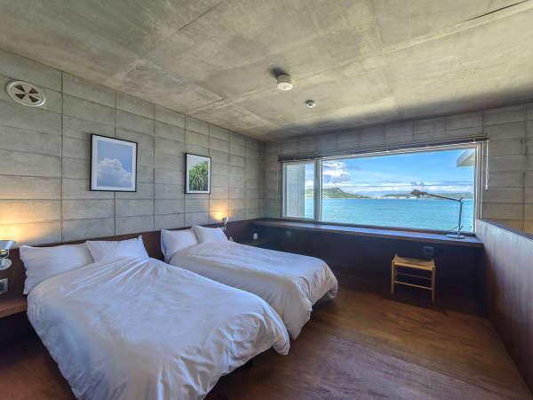 二階ベッドルームからの眺望は格別です。まるで海の上にいるかのようなロケーションをお楽しみください。
