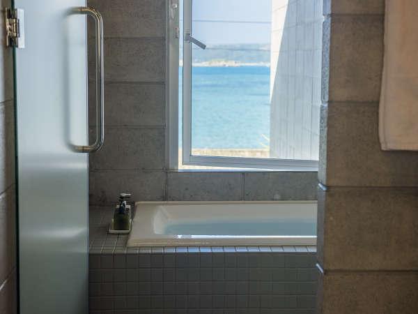 オーシャンビューを望める浴室と自然の岩山を望める浴室があります。