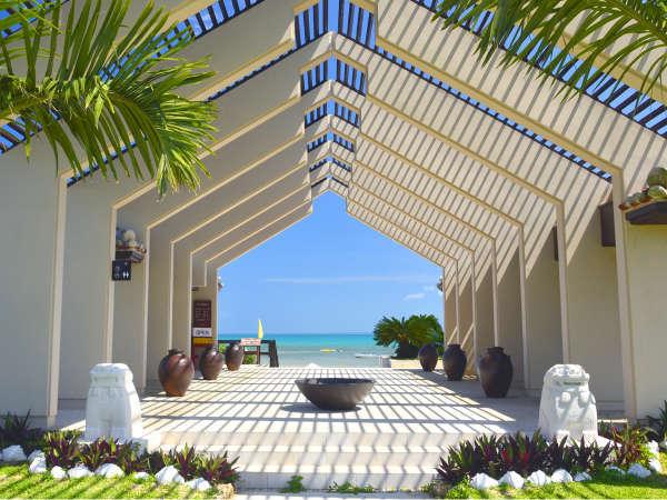 ■日本最南端のビーチリゾート はいむるぶし。ビーチエントランスを抜けると、そこは南海の楽園…