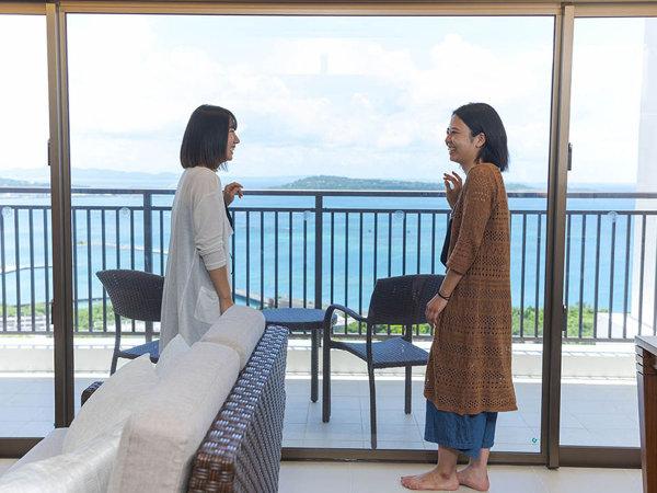 開放的な大きな窓からは沖縄らしい景色をお楽しみください。