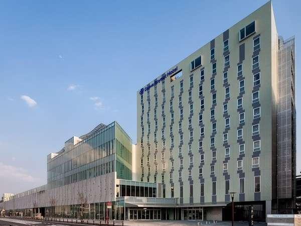 ホテル外観(昼)11階建て。沼津駅北口から徒歩3分。西駐車場(159台収容)が最寄の駐車場でございます。
