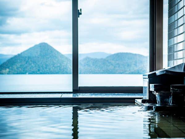 大きな窓からは洞爺湖に浮かぶ中島の幻想的な景色が広がります