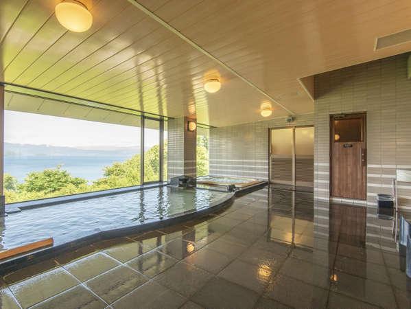 大きな窓から洞爺湖の四季を望む大浴場には、大型の浴槽とジャグジーバス、寝湯、サウナも完備