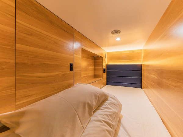 特注マットレスと極上毛布のあるカプセルホテルにはセキュリティボックス付きで安心