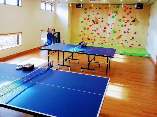 普段は一般開放している会議室で楽しめる卓球とボルダリング