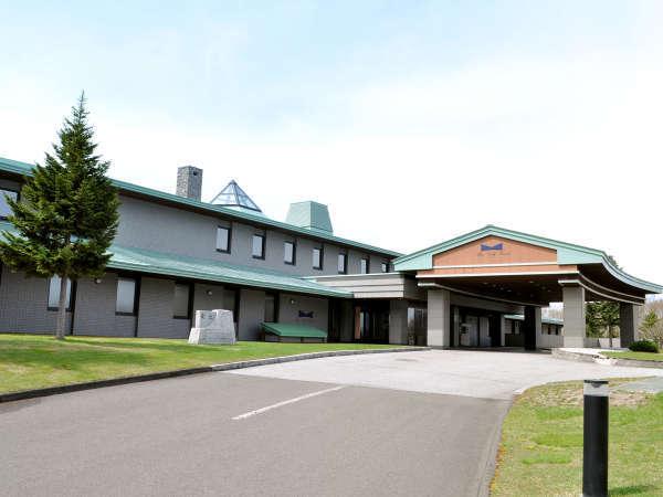 【外観】豊かな緑に囲まれた長沼町のホテル