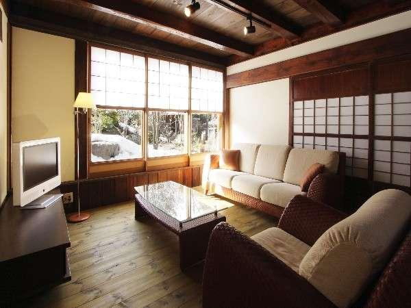 ★特別室★1部屋限定!!本物嗜好の古民家の客室です。本革の高級ソファーがある、リビングルーム。