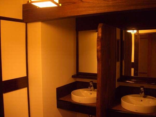 改装された2階部分の共同トイレ、洗面所