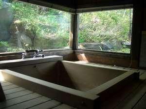 お2人様でもゆったり入れる檜風呂 夜は坪庭がライトアップされます