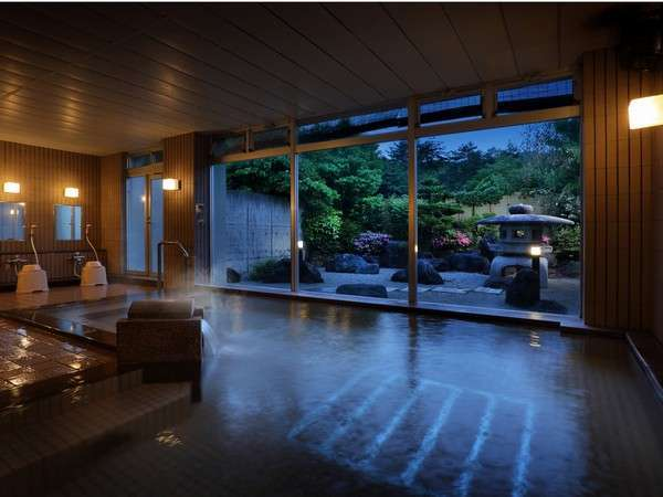 広い浴槽と幻想的な庭園を望みながら、時を忘れるひと時を。