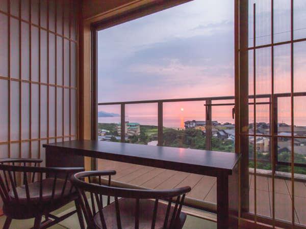 【特別フロア】ビューカウンターでは美しい夕景を一望。
