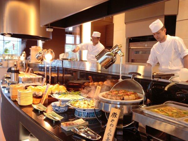 オープンキッチンでは、調理人がお客さまの目の前でお料理をご提供