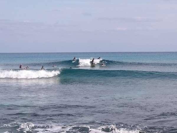 ゲストハウスから歩いて1分。手広海岸でサーフィン。