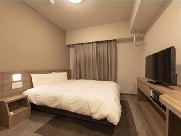 ■ダブルルーム■全室禁煙 ■シモンズ社製ベッド(140×195cm×1台)■広さ約15平米 ■全室Wi-Fi利用可能