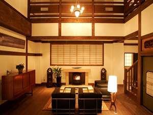 【ロビースペース】アンティークな家具やBowers & Wilkinsのスピーカーからの曲をお楽しみ下さい