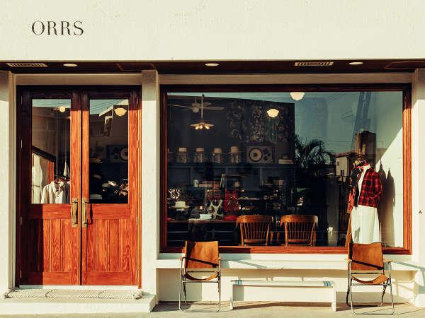 """併設したショップでは洋服や沖縄伝統工芸品の""""やちむん""""などスーベニアグッズを取り扱う。"""