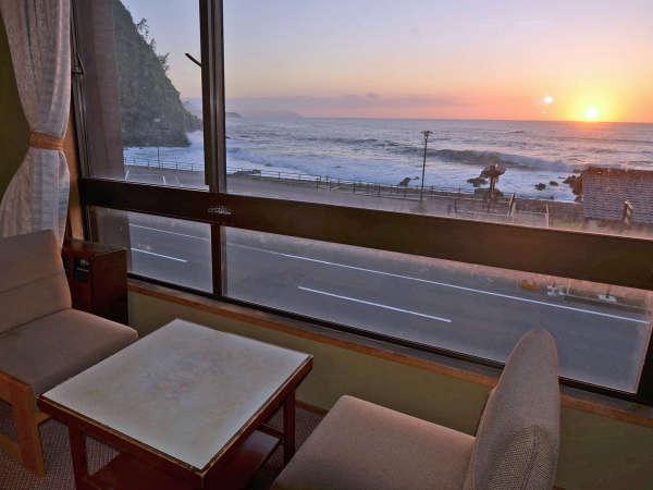 *天気の良い日は、格別な夕陽が見られます。日本夕陽100選にも選ばれた海岸です。