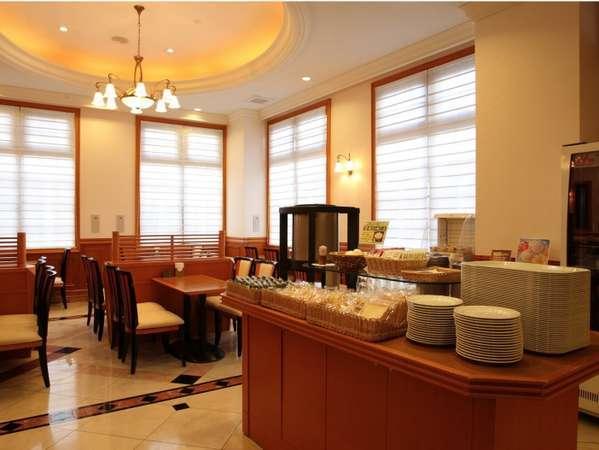 朝食会場は49席ございます!窓も大きく、日の光がとてもさわやかです♪