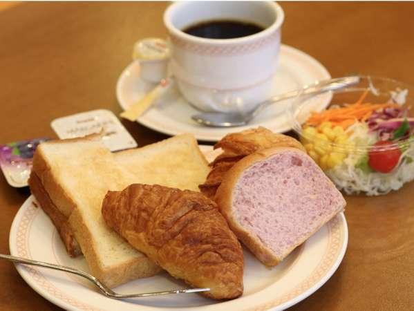 朝食はパン・おにぎり・サラダなどの軽食をご用意しています♪