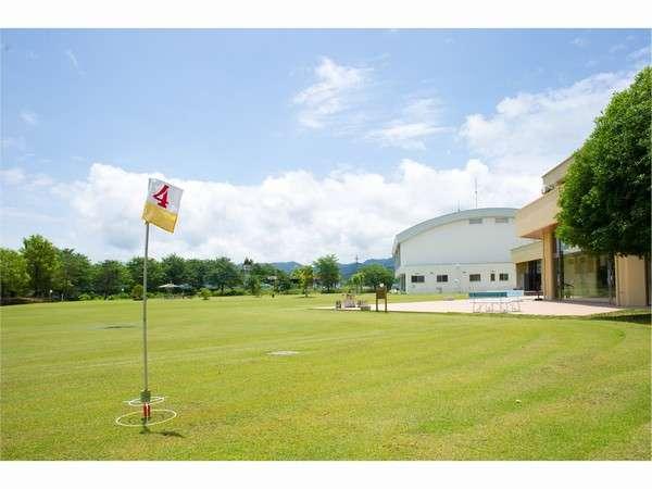 庭のグラウンド・ゴルフ場と隣には体育館があります。。