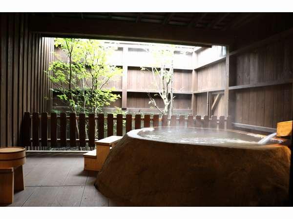 101号室みずがめ座の露天風呂。天然の岩の浴槽が特徴で各部屋個体差があり101号室は一番大きい浴槽です。