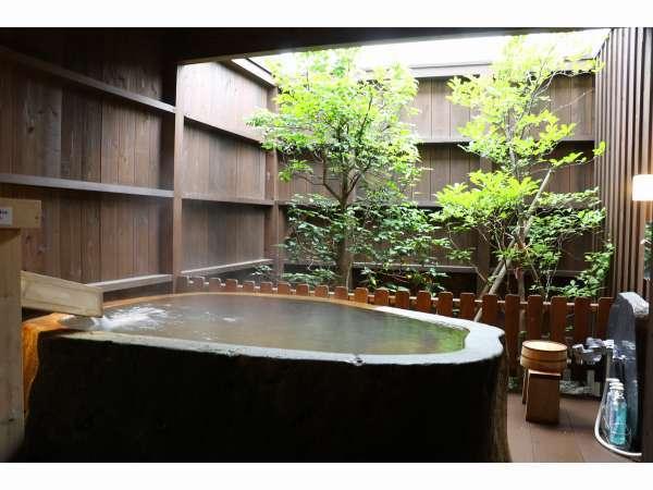 108号室おとめ座の露天風呂。晴れた日には浴槽に浸かりながら星空も見ることができます。