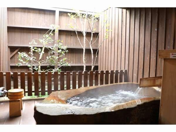 109号室てんびん座の露天風呂。浴槽は小さめですがこちらも星空を見ることができます。