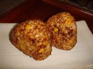 ひよこ豆と一緒に炊きあげた玄米を、茨城の有名味噌蔵・シロコメ味噌製赤味噌でにぎった玄米味噌にぎり
