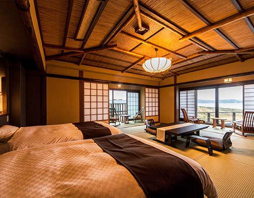 【オーシャンビュー客室//舟形一例】海を臨む窓辺には、ゆったりくつろげるソファを用意