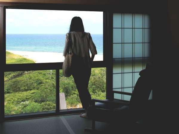 【オーシャンビュー客室/舟形一例】窓の外にはパノラマの日本海。時とともに移ろう美しい景色を一望