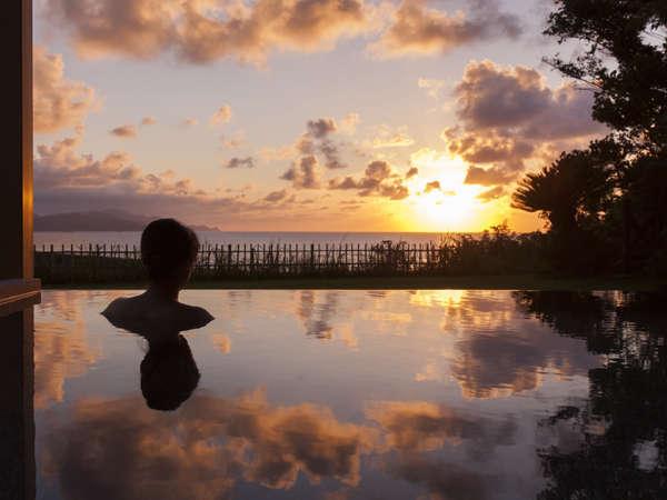 【大浴場】海と空に溶け込む「インフィニティ露天風呂」(男女入替制) 美しい夕日とともに。