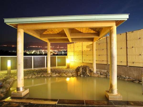 *男性用露天風呂/夜は積丹半島へ延びる美しい光の帯や星空を眺めて温泉に浸かれます!