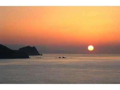 四季を通じて日本海の夕日はさまざまな表情を見せてくれます!