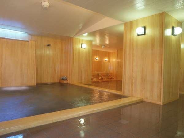 【檜大浴場】当館自慢の檜大浴場。とろ~っとやさしい温泉が木の温もりとともに体を癒してくれます。