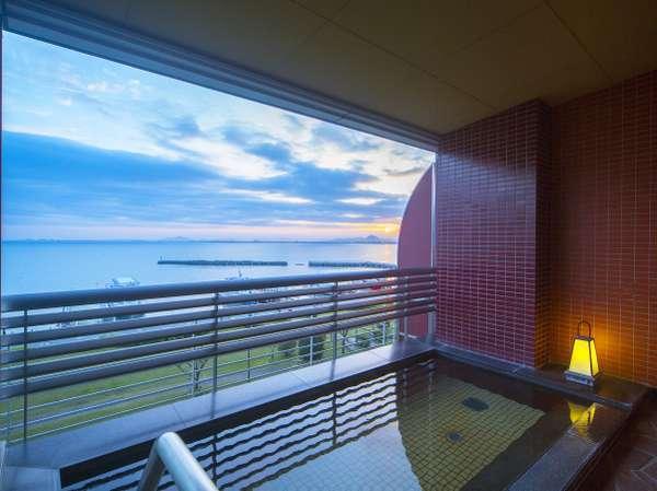天然温泉【瑠璃温泉 るりの湯】露天風呂では、湖から吹く風が心地よく開放感は抜群です。