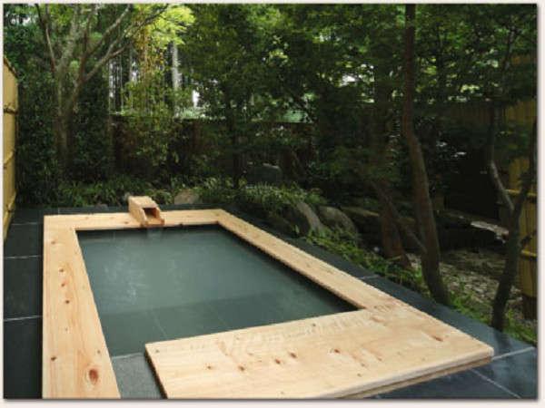 【風呂】檜の露天は浸かり心地も良く、良泉をゆっくり楽しむのに最適