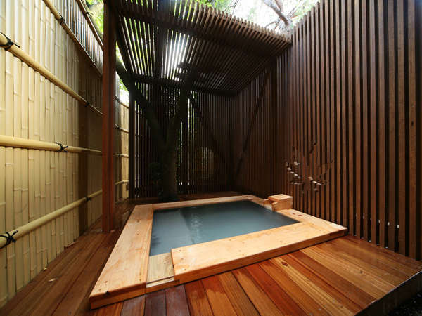 【客室】客室には専用の露天風呂が備わる。霧島の名湯を気兼ねなく(東棟1F)写真は一例