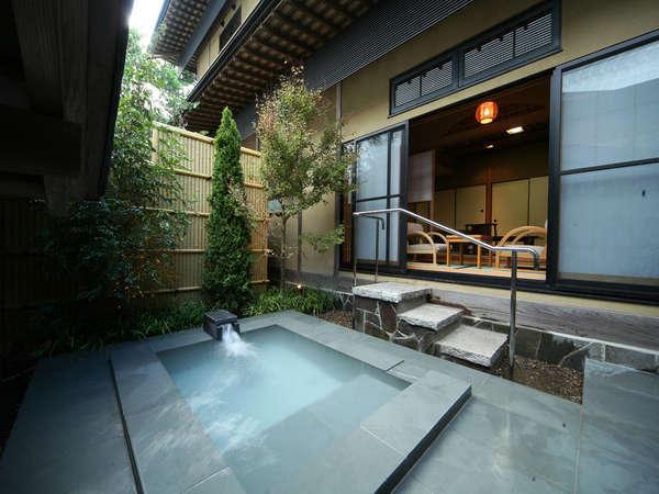 【客室】客室には専用の露天風呂が備わる。霧島の名湯を気兼ねなく