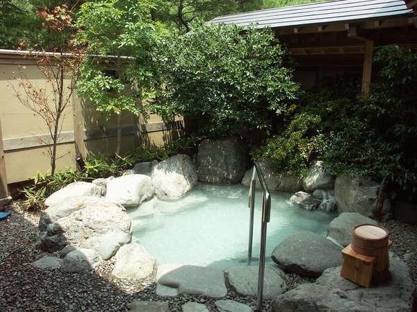 【風呂】宿に備わる温泉は、硫黄の香りが漂う単純泉。少し熱めのお湯ですっきりと汗を掛ける