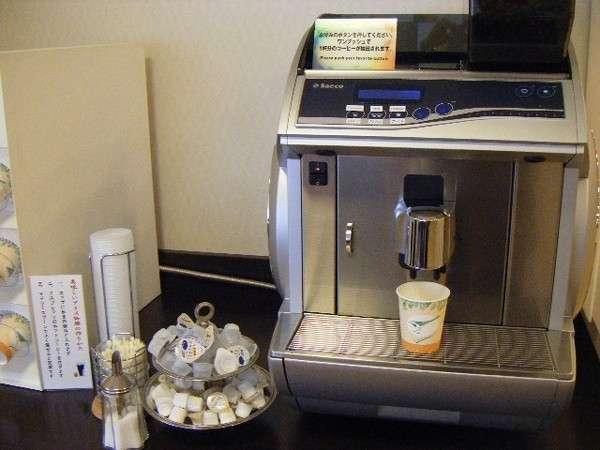 イタリアの Saeco社製コーヒーサーバー、挽き立てをどうぞ。