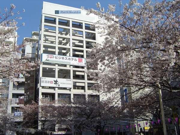 板橋駅東口改札前から見たホテル正面。線路沿いじゃないので朝も静か