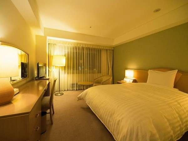シモンズ社製の大きなベッドと広いダブルルーム