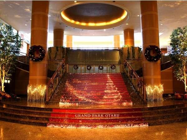 華やかなクリスマスデコレーションを施したロビー階段(デザインは毎年変わります)