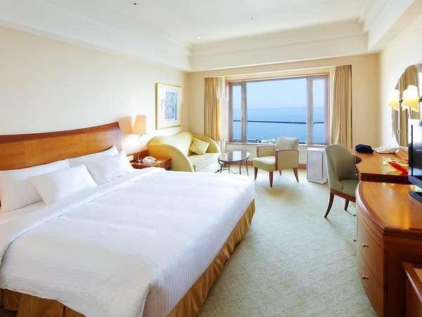 窓の向こうに広がる石狩湾の景色を堪能できる高層階デラックスダブル海側ルーム