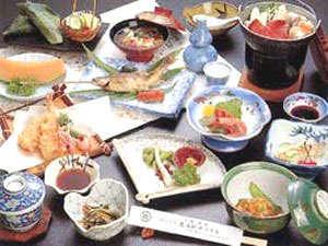 *お夕食(一例)地元で採れた新鮮野菜・山菜などを中心とした、和風料理をお召し上がりください。