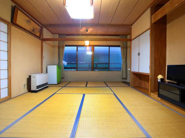 10畳和室でウォシュレット付トイレ・洗面付きの和室です。窓からは当館真裏の赤倉温泉スキー場が見えます。