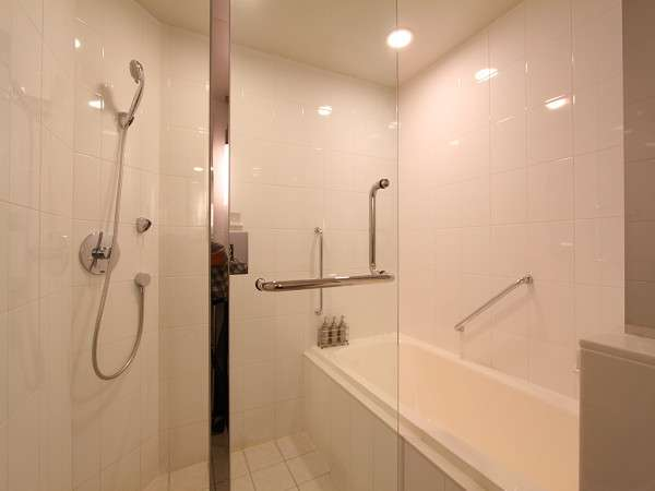 【バスルーム】スーペリアツインだけはシャワーブース付。ゆったりとおくつろぎいただけます。