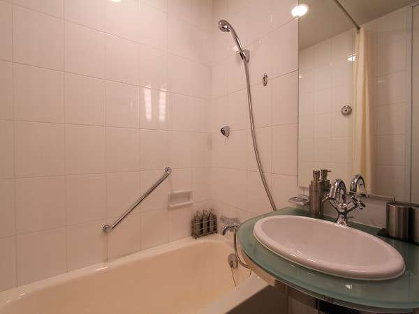 【バスルーム】全客室ユニットバス付。バスタブはゆったりサイズなので足を伸ばして寛げます。