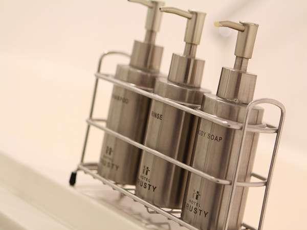 【バスルーム】シャンプーなどは環境に優しい詰め替え式ポンプを採用。